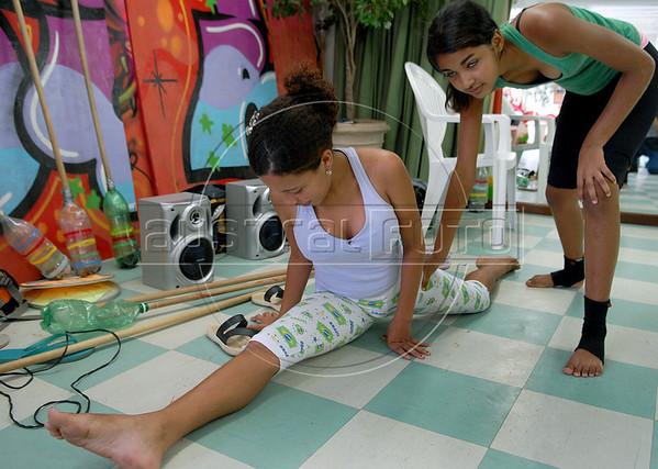 CLARIN 06- CON NOTA DE ELEONORA GOSMAN - Alumnos en clase de danza en la sede  de Afroreggae en el barrio Grota, Complexo do Alemao, Rio de Janeiro, Brasil,  Octubre 30, 2009.  (Austral Foto/Renzo Gostoli)