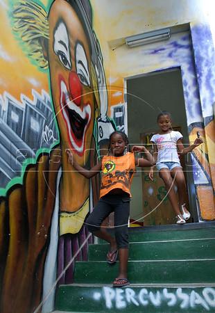 CLARIN 08- CON NOTA DE ELEONORA GOSMAN - Ninos salen de la sede  de Afroreggae en el barrio Grota, Complexo do Alemao, Rio de Janeiro, Brasil,  Octubre 30, 2009.  (Austral Foto/Renzo Gostoli)