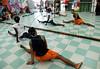 CLARIN 04- CON NOTA DE ELEONORA GOSMAN - Alumnos en clase de danza en la sede  de Afroreggae en el barrio Grota, Complexo do Alemao, Rio de Janeiro, Brasil,  Octubre 30, 2009.  (Austral Foto/Renzo Gostoli)