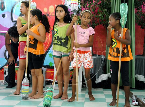 CLARIN 05- CON NOTA DE ELEONORA GOSMAN - Alumnos en clase de danza en la sede  de Afroreggae en el barrio Grota, Complexo do Alemao, Rio de Janeiro, Brasil,  Octubre 30, 2009.  (Austral Foto/Renzo Gostoli)
