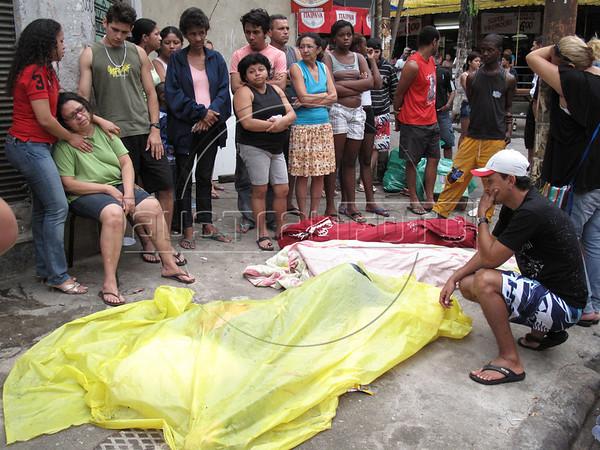 CLARIN 13 - CON NOTA DE ELEONORA GOSMAN - FOTO ARCHIVO 17/10/2009 - Friends and family mourns three victims of a drug-gang battle in Rio de Janeiro, Brazil, Oct. 17, 2009. (Australfoto/Douglas Engle)
