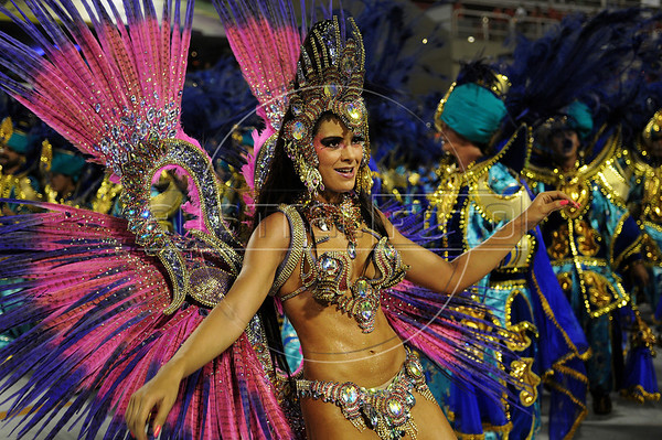A samba dancer performs at the Sambadrome during the Sao Clemente samba school parade,  Rio de Janeiro, Brazil, February 11, 2013. (Austral Foto/Renzo Gostoli)