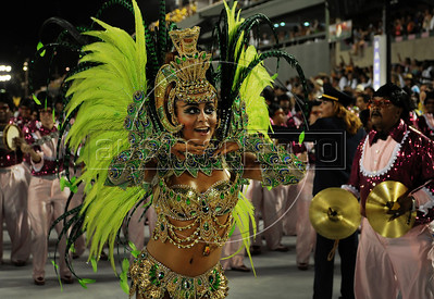 A young samba dancerl performs at the Sambadrome during the Sao Clemente samba school parade,  Rio de Janeiro, Brazil, February 11, 2013. (Austral Foto/Renzo Gostoli)