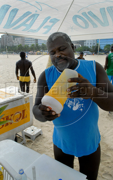 Flavio, at work in Leme beach, Rio de Janeiro, Brazil, Jan. 25, 2008. (AUSTRAL FOTO/RENZO GOSTOLI)