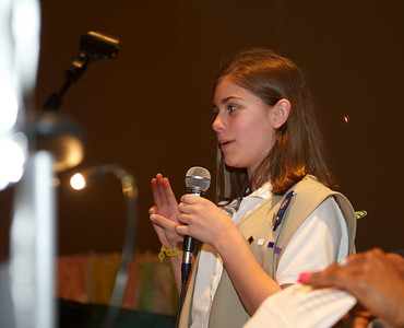 Leading the Girl Scout pledge