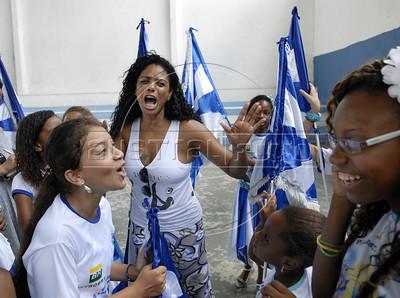 BEIJA FLOR MIRIM-  Selminha Sorriso, porta-bandeira  da Escola de samba Beija Flor de Nilopolis, dirige um grupo de criancas da ala mirim durante um ensaio no ginasio da escola, Rio de Janeiro, Brazil, Janeiro 21, 2012. (Austral Foto/Renzo Gostoli)
