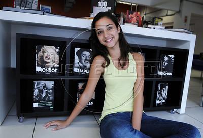 BIBLIOTECA PARQUE NA ROCINHA - Amanda Aparecida Alves na Biblioteca Parque na favela da Rocinha, Rio de Janeiro, Brasil, Novembro 11, 2012.  (Austral Foto/Renzo Gostoli)