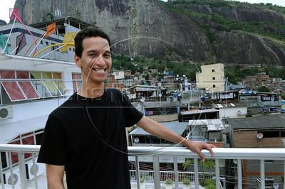 BIBLIOTECA PARQUE NA ROCINHA - Flavio Carvalho na Biblioteca Parque na favela da Rocinha, Rio de Janeiro, Brasil, Novembro 11, 2012.  (Austral Foto/Renzo Gostoli)
