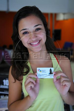 BIBLIOTECA PARQUE NA ROCINHA - Amanda Aparecida Alves mostra a carterinha da Biblioteca Parque na favela da Rocinha, Rio de Janeiro, Brasil, Novembro 11, 2012.  (Austral Foto/Renzo Gostoli)