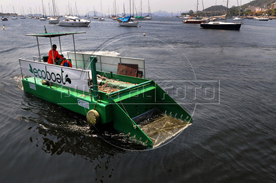 ECOBOAT - O barco ecologico EcoBoat operando na enseada de Botafogo , Rio de Janeiro, Brasil, Setembro 18, 2012.  (Austral Foto/Renzo Gostoli)