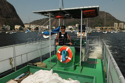 ECOBOAT - O barco ecologico EcoBoat, dirigido pelo marinheiro Carlos A. Spindola, operando na enseada de Botafogo , Rio de Janeiro, Brasil, Setembro 18, 2012.  (Austral Foto/Renzo Gostoli)