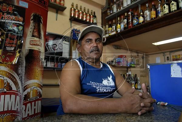 Para Infosurhoy - Luiz Vale da Cunha, dueno de bar en el Complexo do Alemao, Rio de Janeiro, Brazil, Diciembre 10. (Austral Foto/Renzo Gostoli)