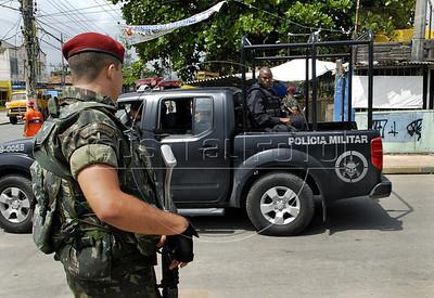 Para Infosurhoy - Militares paracaidistas patrullan en una calle del Complexo do Alemao, Rio de Janeiro, Brazil, Diciembre 10. (Austral Foto/Renzo Gostoli)