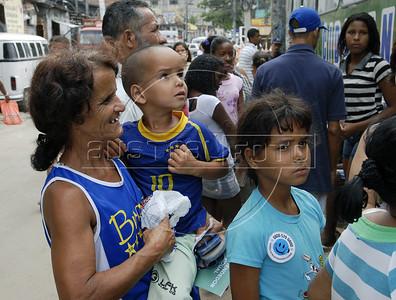Para Infosurhoy - Vera Lúcia de Carvalho, habitante del Complexo do Alemao con sus hijos, Rio de Janeiro, Brazil, Diciembre 10. (Austral Foto/Renzo Gostoli)