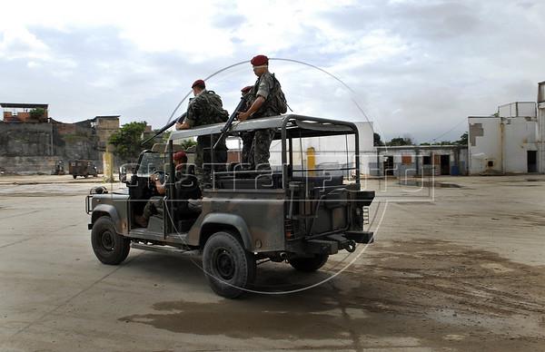Para Infosurhoy - Militares paracaidistas salen para un patrullaje del campamento en ex-fabrica de CocaCola en Complexo do Alemao, Rio de Janeiro, Brazil, Diciembre 10. (Austral Foto/Renzo Gostoli)