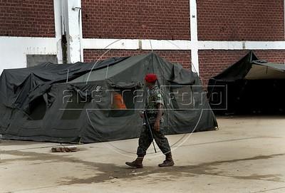 Para Infosurhoy - Militares paracaidistas acampam en ex-fabrica de CocaCola en Complexo do Alemao, Rio de Janeiro, Brazil, Diciembre 10. (Austral Foto/Renzo Gostoli)