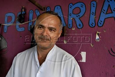 Para Infosurhoy - Aluísio Mendes da Silva, vendedor de pescado en el Complexo do Alemao, Rio de Janeiro, Brazil, Diciembre 10. NOTESE LAS MARCAS DE TIROS EN LA PARED DETRAS DEL COMERCIANTE. (Austral Foto/Renzo Gostoli)