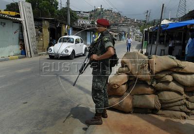 Para Infosurhoy - Militares paracaidistas ocupan una calle del Complexo do Alemao, Rio de Janeiro, Brazil, Diciembre 10. (Austral Foto/Renzo Gostoli)
