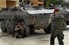 Para Infosurhoy - Militares paracaidistas acampados en ex-fabrica de CocaCola en Complexo do Alemao, se sacan fotos en un momento de descanso, Rio de Janeiro, Brazil, Diciembre 10. (Austral Foto/Renzo Gostoli)