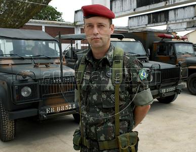 Para Infosurhoy - Mayor Fabiano Lima de Carvalho posa en campamento de  militares paracaidistas en ex-fabrica de CocaCola en Complexo do Alemao, Rio de Janeiro, Brazil, Diciembre 10. (Austral Foto/Renzo Gostoli)