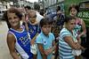 Para Infosurhoy - Vera Lúcia de Carvalho, habitante del Complexo do Alemao, con sus hijos, Rio de Janeiro, Brazil, Diciembre 10. (Austral Foto/Renzo Gostoli)