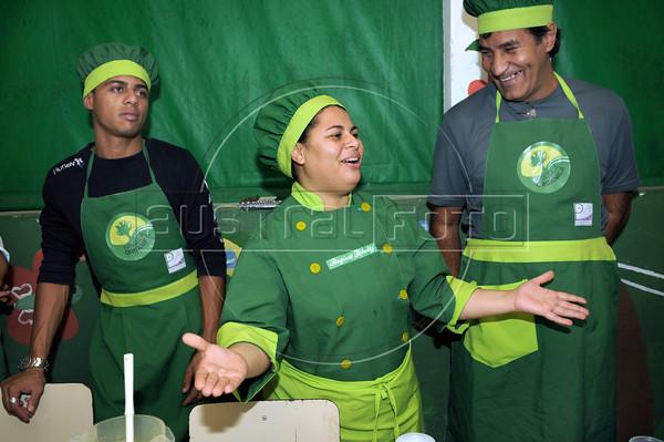 FAVELA ORGANICA- Regina Tchelly, centro, da aula de culinaria  na Associacao de Moradores da Babilonia, Rio de Janeiro, Brasil, Maio 31, 2012.  (Austral Foto/Renzo Gostoli)
