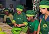 FAVELA ORGANICA- Regina Tchelly, esq, da aula de culinaria  na Associacao de Moradores da Babilonia, Rio de Janeiro, Brasil, Maio 31, 2012.  (Austral Foto/Renzo Gostoli)