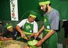 FAVELA ORGANICA-Alunos da aula de culinaria da Regina Tchelly na Associacao de Moradores da Babilonia, Rio de Janeiro, Brasil, Maio 31, 2012.  (Austral Foto/Renzo Gostoli)