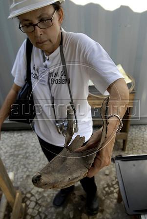 CAIS DA IMPERATRIZ-  A arqueóloga Tânia Lima do IPHAN mostra um sapato achado nas obras de recuperacao do Cais Da Imperatriz e do Valongo, Rio de Janeiro, Brasil, Marco 25, 2011.  (Austral Foto/Renzo Gostoli)