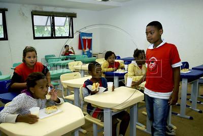 """CLUBINHO DA CRIANCA-PLANETARIO -   Criancas do """"Clubinho das Criancas..."""" fazem lanche no Planetario, Rio de Janeiro, Brasil, Novembro 26, 2011.  (Austral Foto/Renzo Gostoli)"""