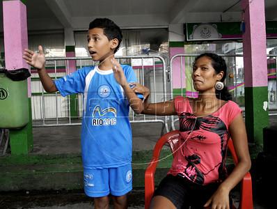 MANGUEIRA ESCOLINHA ZICO -  Ronaldo Moraes, 10, da escolinha de futebol do Zico, com sua mae Vivianne Marques Moraes, na quadra da Mangueira, Rio de Janeiro, Brasil, Janeiro 4, 2012.  (Austral Foto/Renzo Gostoli)