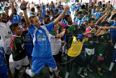 MANGUEIRA ESCOLINHA ZICO -  Criancas integrantes da escolinha de futebol do Zico, na quadra da Mangueira,  Rio de Janeiro, Brasil, Janeiro 4, 2012.  (Austral Foto/Renzo Gostoli)