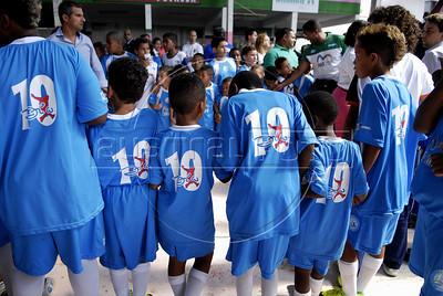 MANGUEIRA ESCOLINHA ZICO - Criancas com as camiseta do projeto escolinha de futebol do Zico na quadra da Mangueira,  Rio de Janeiro, Brasil, Janeiro 4, 2012.  (Austral Foto/Renzo Gostoli)