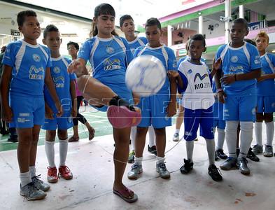MANGUEIRA ESCOLINHA ZICO - Criancas integrantes da escolinha de futebol do Zico, jogam na quadra da Mangueira,  Rio de Janeiro, Brasil, Janeiro 4, 2012.  (Austral Foto/Renzo Gostoli)