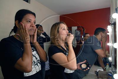 """TEATRO PM:  """"O preço de uma escolha"""" - Atores se preparando no camerino antes de comecar a funcao; SGT KÁTIA, esq, e MAJ ELAINE BALDANZA - MESTRE DE CERIMÔNIA, Rio de Janeiro, Brasil, Novembro 15, 2011.  (Austral Foto/Renzo Gostoli)"""