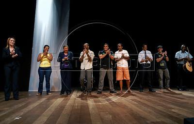 """TEATRO PM:  """"O preço de uma escolha"""" - Atores agradecem ao publico no final da peca, Rio de Janeiro, Brasil, Novembro 15, 2011. (Austral Foto/Renzo Gostoli)"""