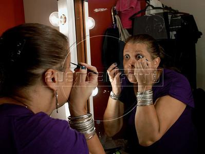 """TEATRO PM:  """"O preço de uma escolha"""" - SGT Denise BRANQUINHO, atriz, se preparando antes de comecar a funcao, Rio de Janeiro, Brasil, Novembro 15, 2011.  (Austral Foto/Renzo Gostoli)"""