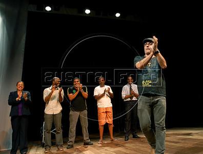 """TEATRO PM:  """"O preço de uma escolha"""" - Sidney Guedes, diretor da peca agradece ao publico no final da peca, Rio de Janeiro, Brasil, Novembro 15, 2011.  (Austral Foto/Renzo Gostoli)"""