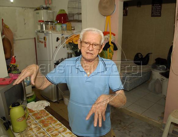Santa Marta-  Antônio Rodrigues, morador da favela Santa Marta, na sua casa,  Rio de Janeiro, Brasil, Marco 14, 2011.  (Austral Foto/Renzo Gostoli)
