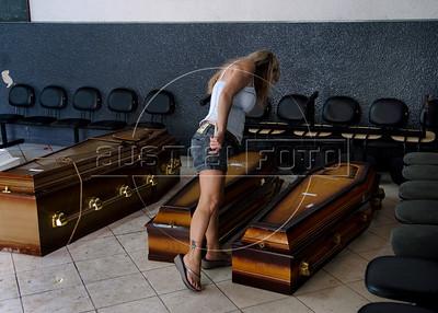Uma mulher procura no cemiterio Sao Joao Batista por parentes mortos vitimas das inundacoes em Nova Friburgo, Rio de Janeiro,Brazil, Janeiro 15, 2011.  (Austral Foto/Renzo Gostoli)