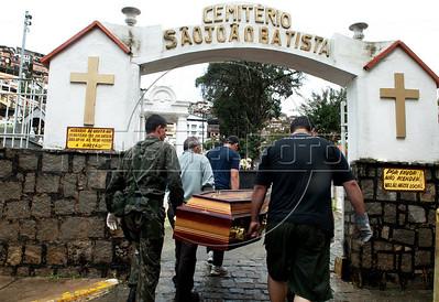 Soldados do Exercito Brasileiro e voluntarios participam no enterro das vitimas das inundacoes em Nova Friburgo, Rio de Janeiro,Brazil, Janeiro 15, 2011.  (Austral Foto/Renzo Gostoli)