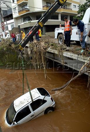 Bombeiros e operarios municipais resgatam um carro arrastado pela correnteza em Nova Friburgo, Rio de Janeiro,Brazil, Janeiro 15, 2011.  (Austral Foto/Renzo Gostoli)