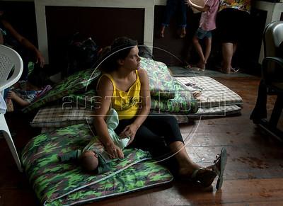 Adriana Figueiredo Corbiseiro cuida do seu bebe de 1 mes num centro para desabrigados victimas das enchentes em Nova Friburgo, Rio de Janeiro,Brazil, Janeiro 15, 2011.  (Austral Foto/Renzo Gostoli)