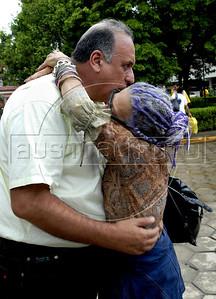 O vice governador Luiz Fernando Pezao consola uma das vitimas das inundacoes em Nova Friburgo, Rio de Janeiro,Brazil, Janeiro 15, 2011.  (Austral Foto/Renzo Gostoli)