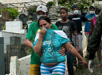 Uma mulher se desespera durante o enterro de parentes vitimas das inundacoes em Nova Friburgo, Rio de Janeiro,Brazil, Janeiro 15, 2011.  (Austral Foto/Renzo Gostoli)
