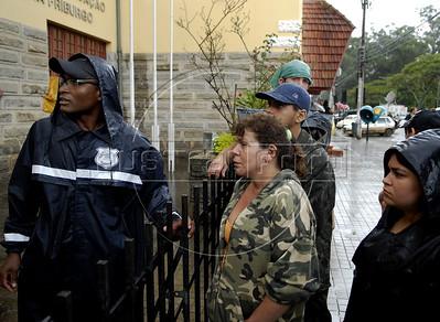 Marta Pedreti (centro) espera para identificar parentes mortos no IML de Nova Friburgo, Rio de Janeiro,Brazil, Janeiro 15, 2011. (Austral Foto/Renzo Gostoli)