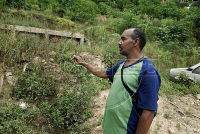NOVA FRIBURGO UM ANO DEPOIS -  Walcenir Faria, líder da comunidade Floresta, mostra onde ficava sua casa destruida pelas enchentes de 2011, Nova Friburgo, Rio de Janeiro, Brazil, Janeiro 26, 2012. (Austral Foto/Renzo Gostoli)
