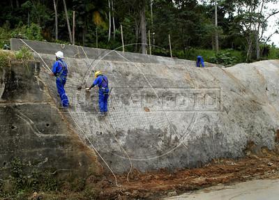 NOVA FRIBURGO UM ANO DEPOIS -  Operarios trabalham na recuperacao de uma encosta, Nova Friburgo, Rio de Janeiro, Brazil, Janeiro 26, 2012. (Austral Foto/Renzo Gostoli)