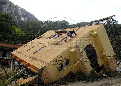 NOVA FRIBURGO UM ANO DEPOIS - Joven escala casa de Nova Friburgo danificada pelos deslicamentos e chuvas de 2011, Rio de Janeiro, Brazil, Janeiro 26, 2012. (Austral Foto/Renzo Gostoli)