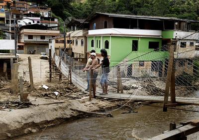 NOVA FRIBURGO UM ANO DEPOIS -  Moradores usam uma ponte improvisada para se movimentar no bairro, Nova Friburgo, Rio de Janeiro, Brazil, Janeiro 26, 2012. (Austral Foto/Renzo Gostoli)